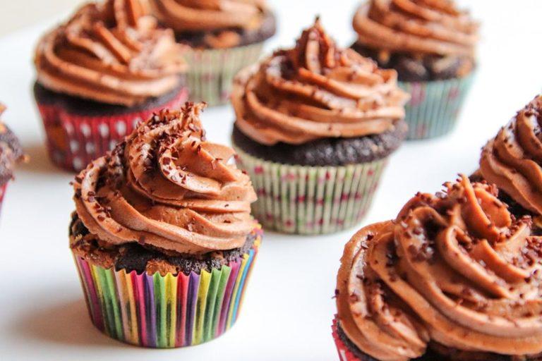 Różnorodne przepisy na pyszne desery pasujące do różnych okazji